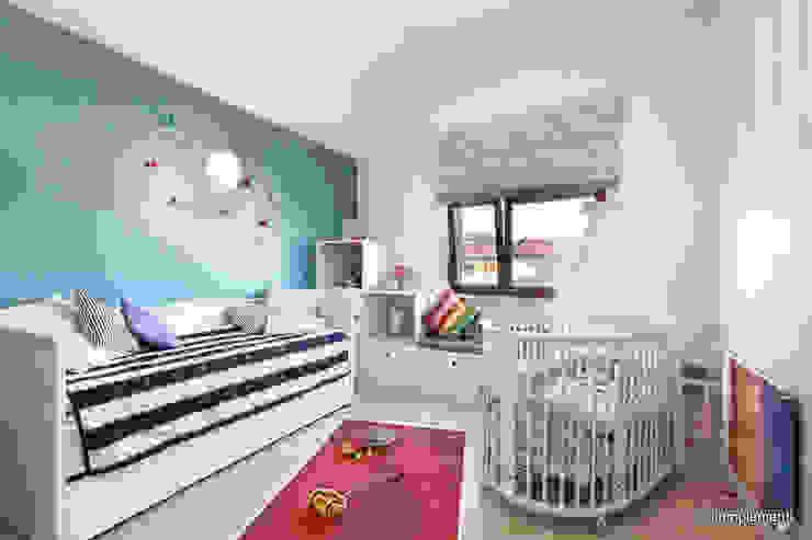 Projekt apartamentu nad morzem Nowoczesny pokój dziecięcy od Komplementi Nowoczesny