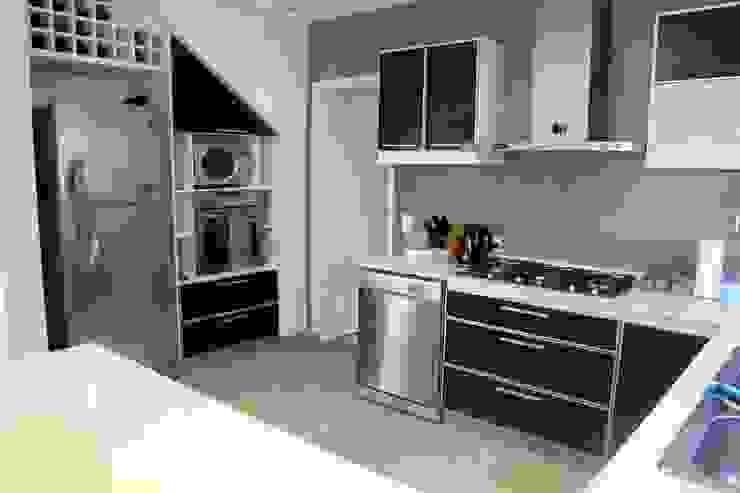 Cocinas de estilo moderno de ADHOC arquitecturAmedida Moderno
