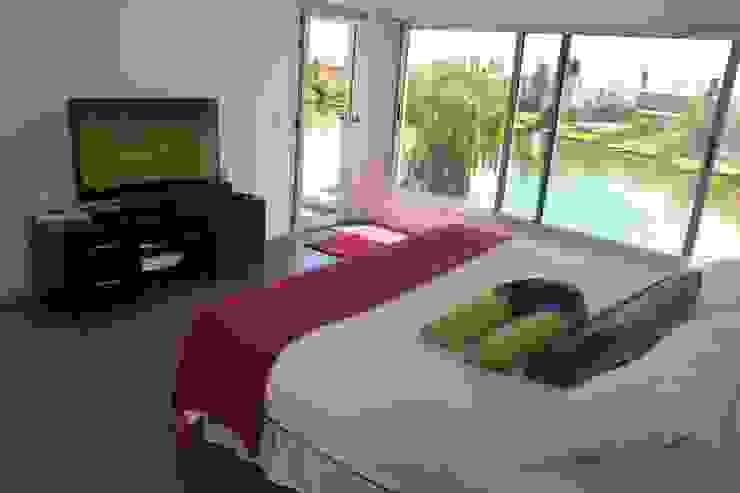 Dormitorios de estilo moderno de ADHOC arquitecturAmedida Moderno