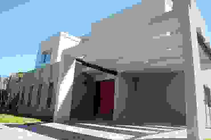 Casas de estilo moderno de ADHOC arquitecturAmedida Moderno