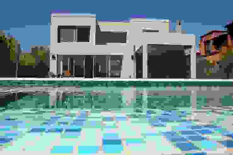 Casa Racionalista en La Glorieta Nordelta: Piletas de estilo  por ADHOC arquitecturAmedida,Moderno