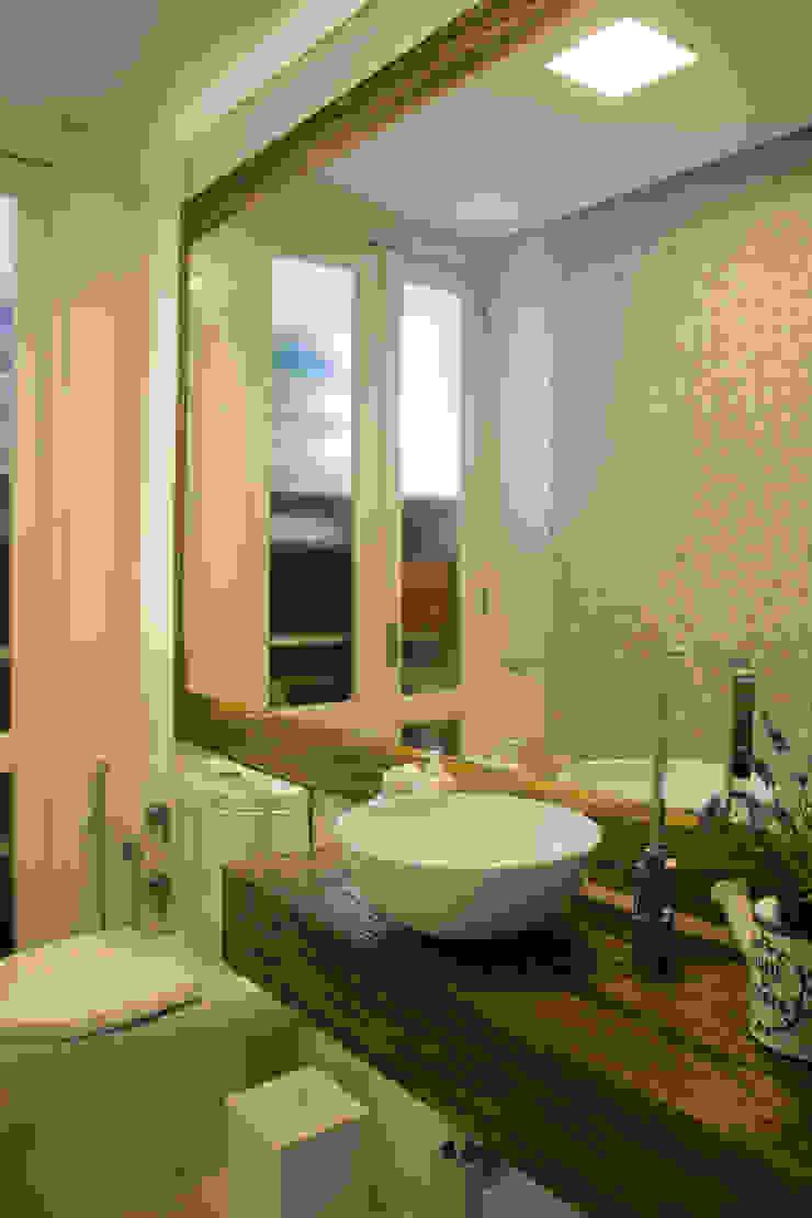 Lavabo com madeira maciça Banheiros rústicos por ARQ Ana Lore Burliga Miranda Rústico Madeira maciça Multi colorido