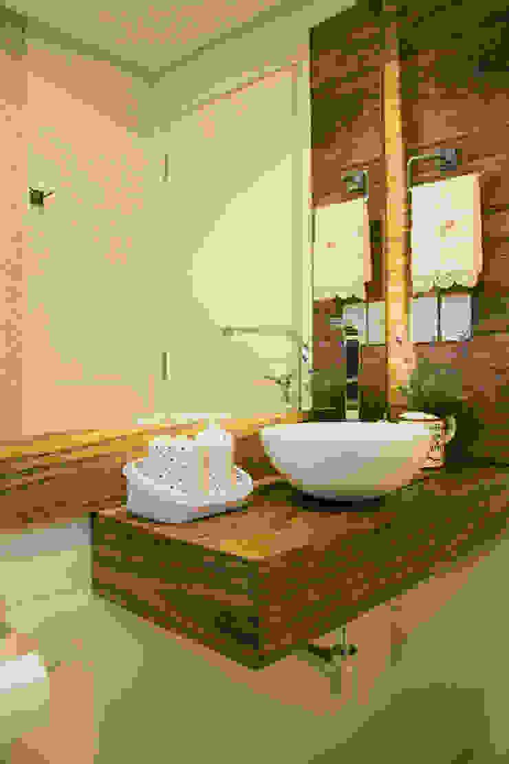 Lavabo com tampo em madeira Banheiros rústicos por ARQ Ana Lore Burliga Miranda Rústico Madeira maciça Multi colorido