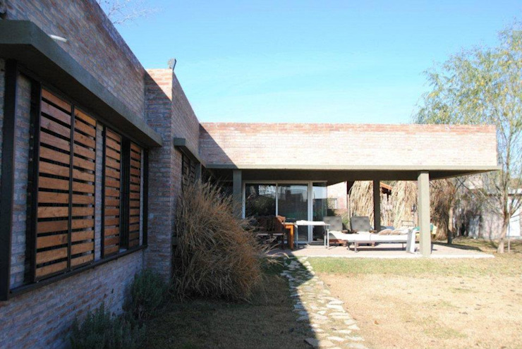 Country style house by Arq. Luciano Altube Country