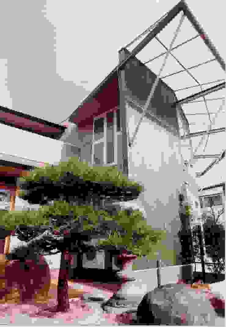 E邸 モダンな 家 の (有)アマ設計事務所 モダン