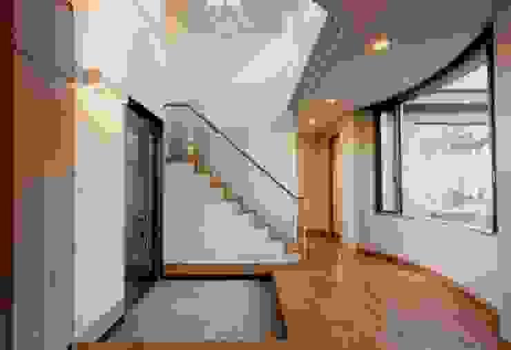 M邸 モダンスタイルの 玄関&廊下&階段 の (有)アマ設計事務所 モダン