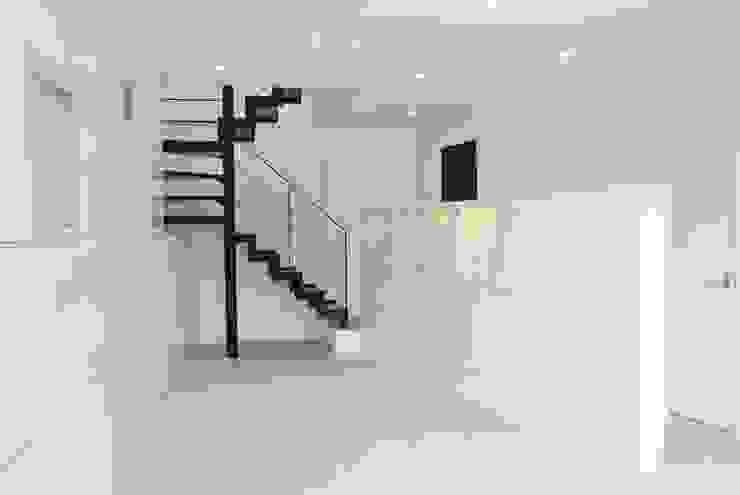 美しが丘二丁目ハウス モダンスタイルの 玄関&廊下&階段 の nakajima モダン