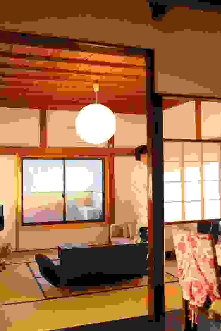 施工事例 2 モダンデザインの リビング の h-takeshi モダン