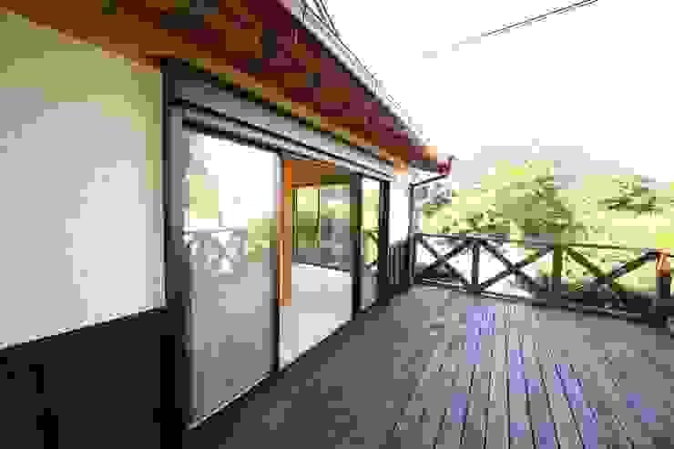 施工事例 3 モダンデザインの テラス の h-takeshi モダン