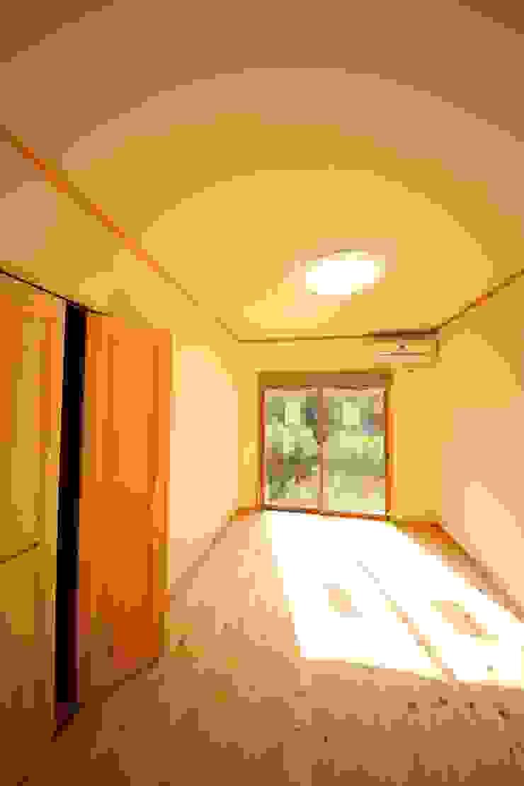 施工事例 3 モダンデザインの リビング の h-takeshi モダン