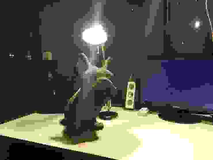 Frans Bulldog Urn: modern  door Studio Saihol Yuen, Modern MDF