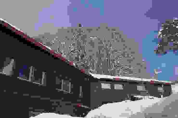 Mo-mountain cottage カントリーな 家 の (有)ガンバ建築設計 カントリー