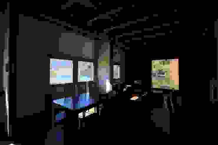 Mo-mountain cottage カントリーデザインの リビング の (有)ガンバ建築設計 カントリー