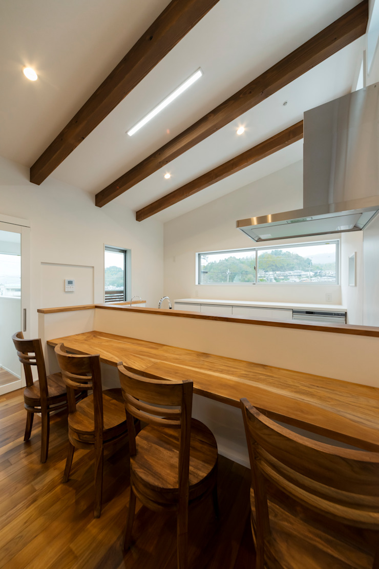 眺める森の家 キッチンカウンター の フォーレストデザイン一級建築士事務所