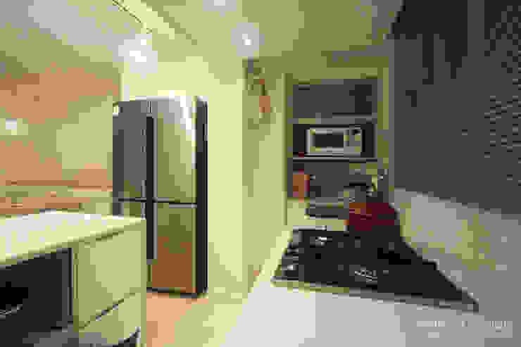 내추럴한 느낌의 16평 신혼집: 홍예디자인의  주방,모던