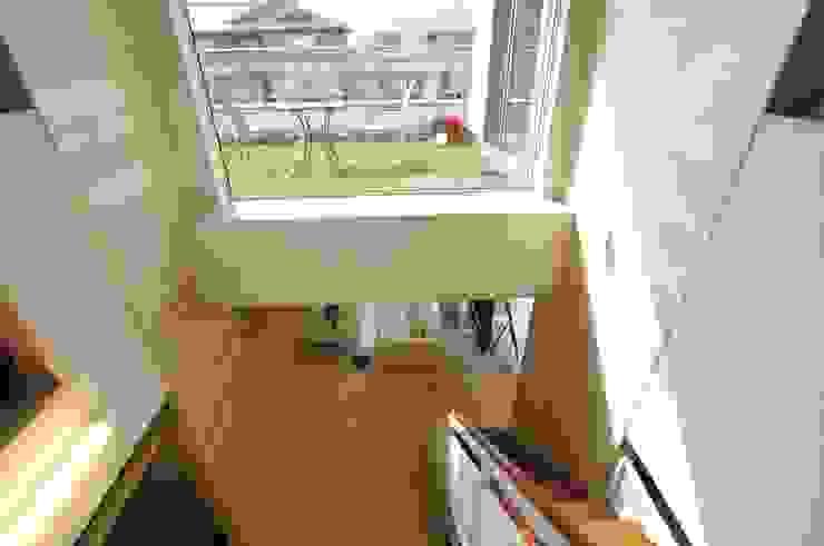 芝を一面に張ったル-フテラス モダンスタイルの 玄関&廊下&階段 の 一級建築士事務所ATELIER-LOCUS モダン ガラス