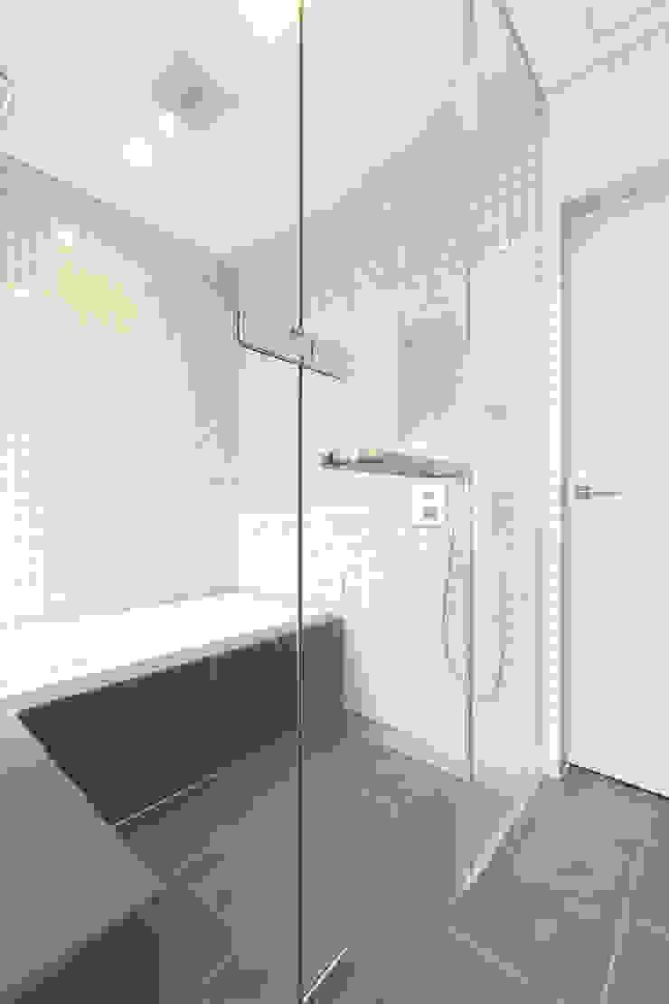 浴室 モダンスタイルの お風呂 の 秦野浩司建築設計事務所 モダン