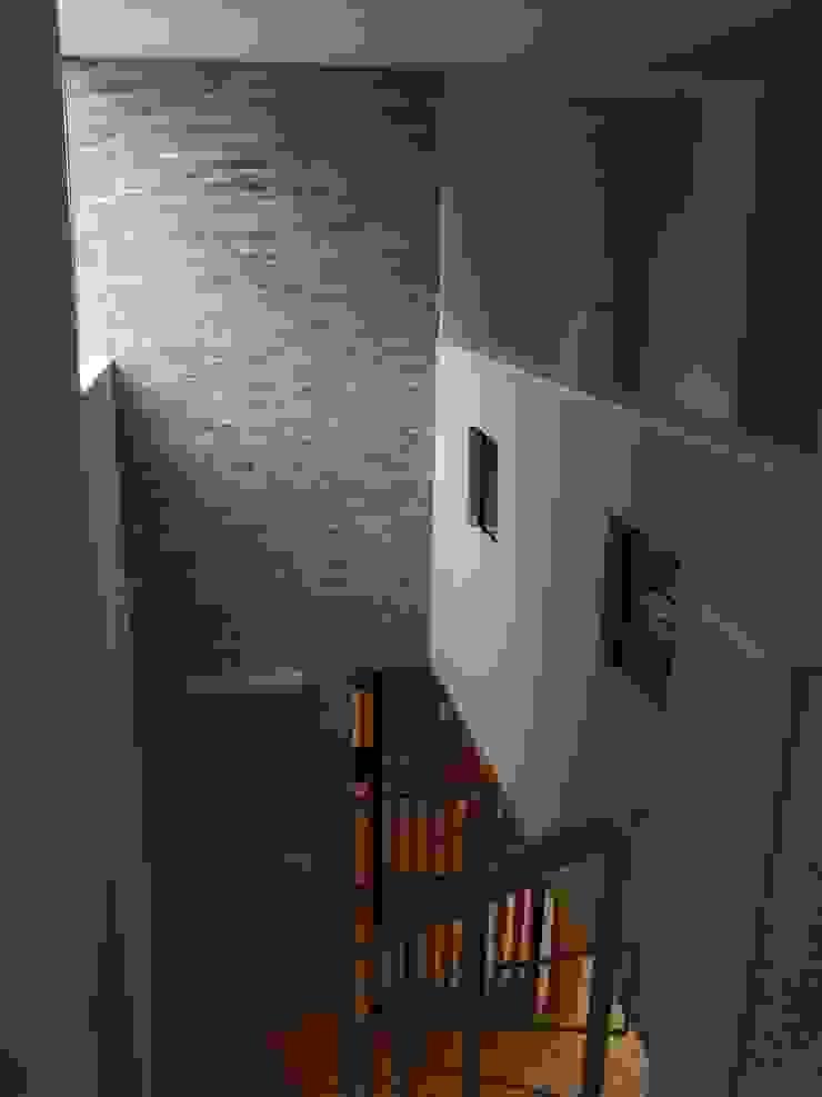 Couloir, entrée, escaliers originaux par 一級建築士事務所ATELIER-LOCUS Éclectique Pierre