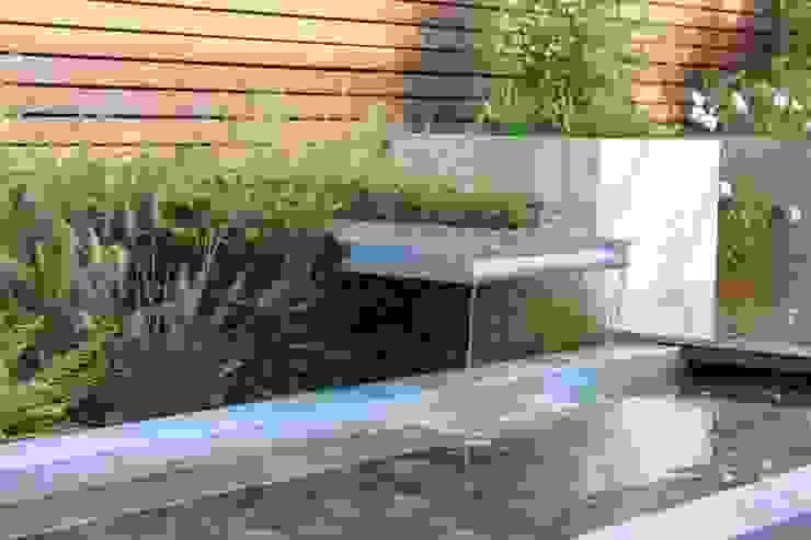 Patiogarden with steel pond and water feature Moderne tuinen van Hoveniersbedrijf Guy Wolfs Modern