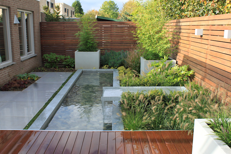 Patiogarden with steel pond and water feature Hoveniersbedrijf Guy Wolfs Moderne tuinen