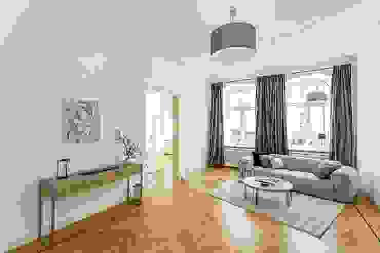 6-Zimmer Musterwohnung im Gründerzeit-Altbau am Kurfürstendamm Moderne Wohnzimmer von staged homes Modern