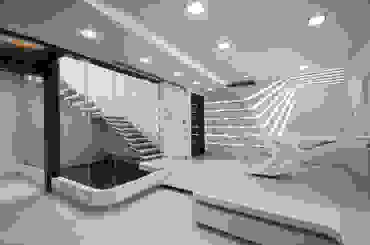 S-House Modern dining room by SDeG Modern