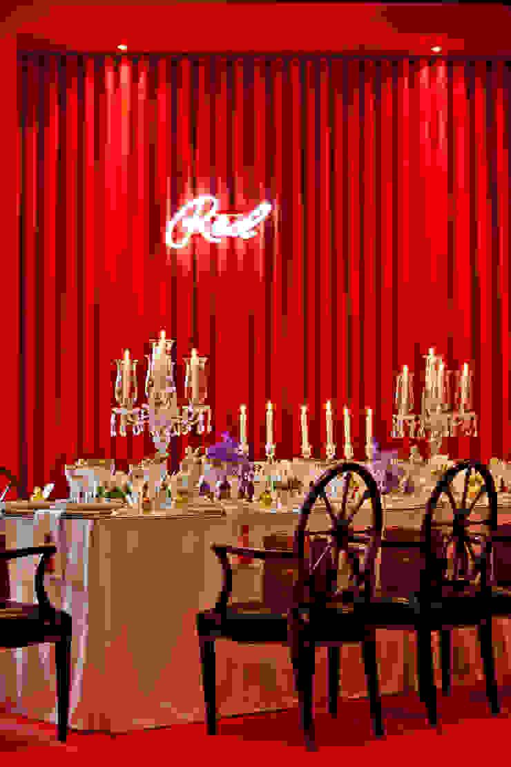 RED TABLE… Salas de jantar clássicas por Critério Arquitectos by Canteiro de Sousa Clássico