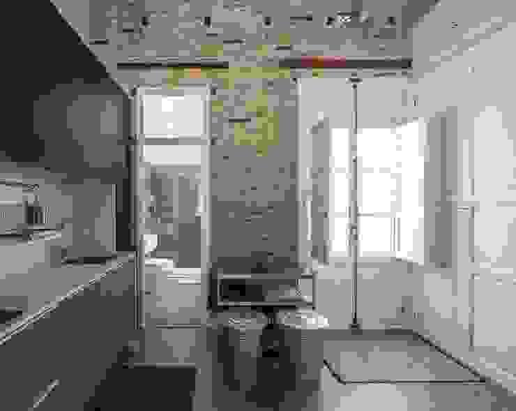 Modern kitchen by amBau Gestion y Proyectos Modern