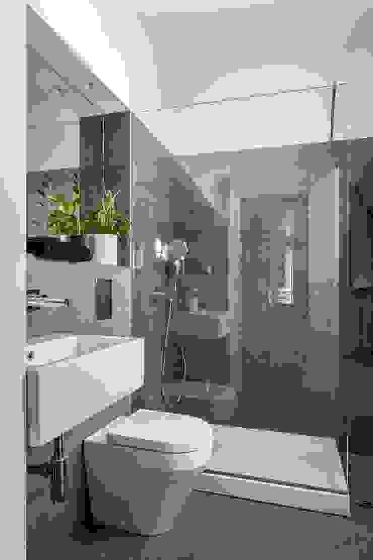 Nowoczesna łazienka od amBau Gestion y Proyectos Nowoczesny