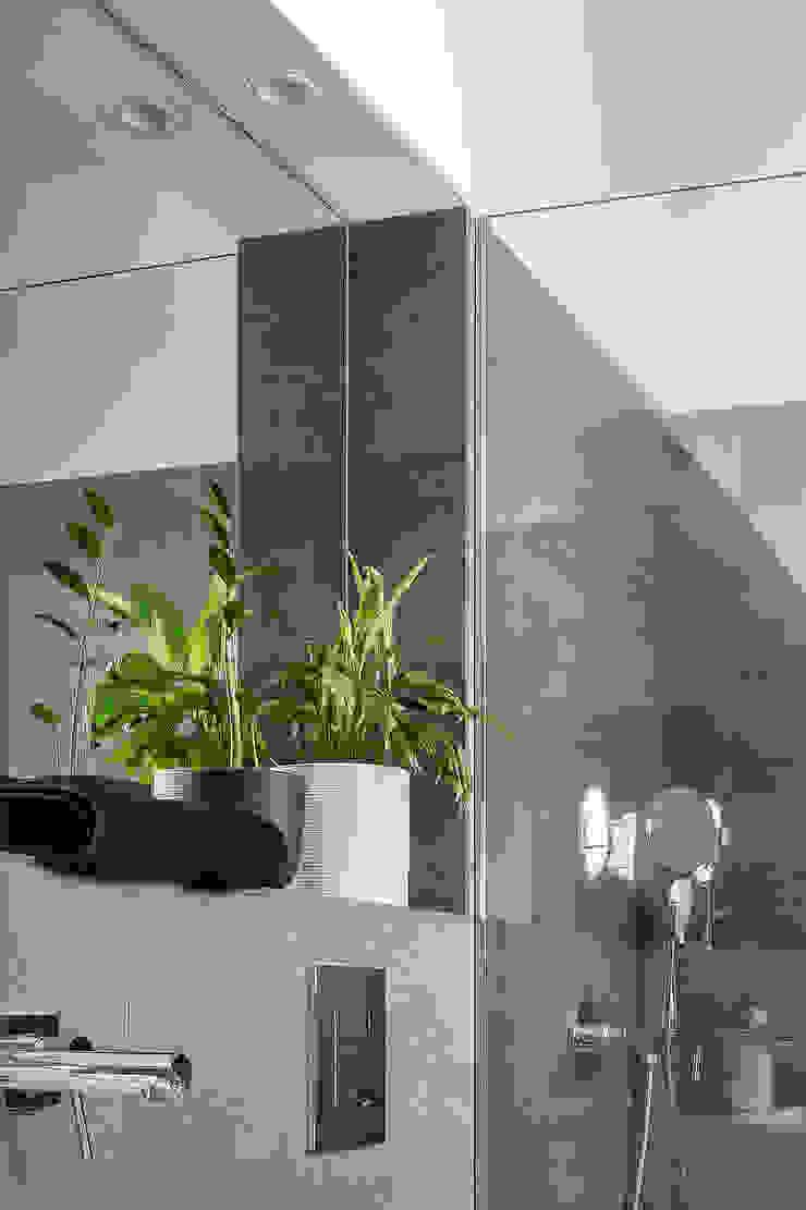 Modern bathroom by amBau Gestion y Proyectos Modern