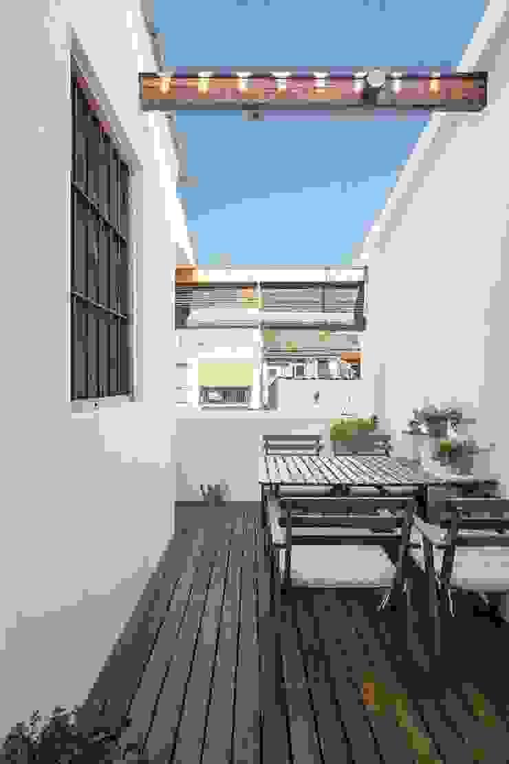 Modern balcony, veranda & terrace by amBau Gestion y Proyectos Modern