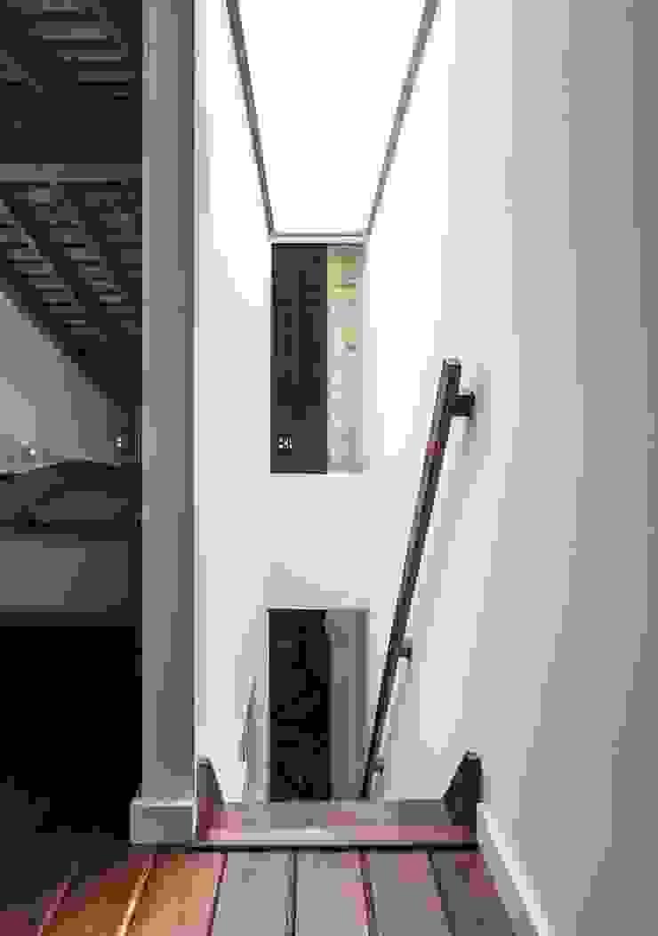 Nowoczesny korytarz, przedpokój i schody od amBau Gestion y Proyectos Nowoczesny