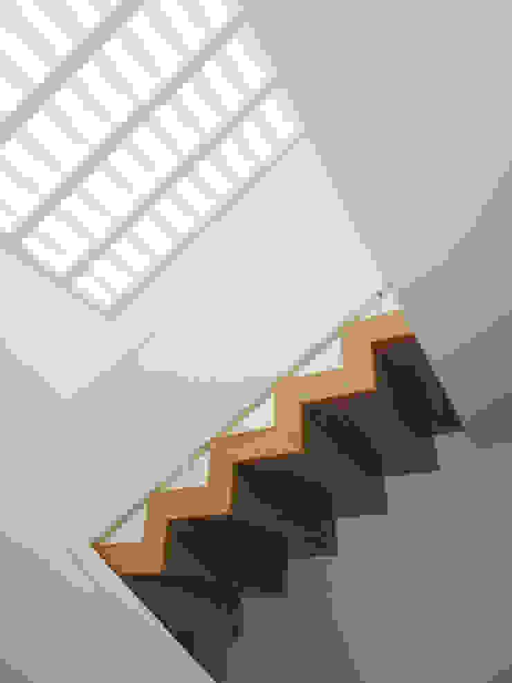 Escadas com clarabóia Corredores, halls e escadas ecléticos por GAAPE - ARQUITECTURA, PLANEAMENTO E ENGENHARIA, LDA Eclético