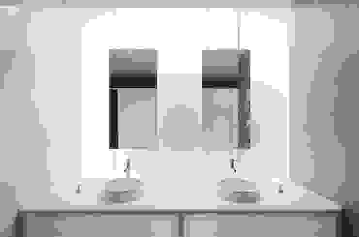 Instalações sanitarias comuns - Edifício Central Casas de banho mediterrânicas por guedes cruz arquitectos Mediterrânico