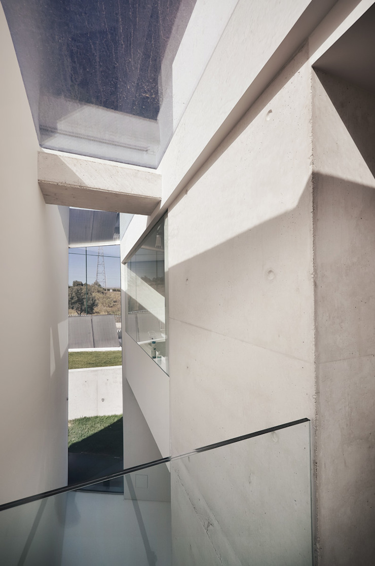 Vista Interior Corredores, halls e escadas minimalistas por guedes cruz arquitectos Minimalista