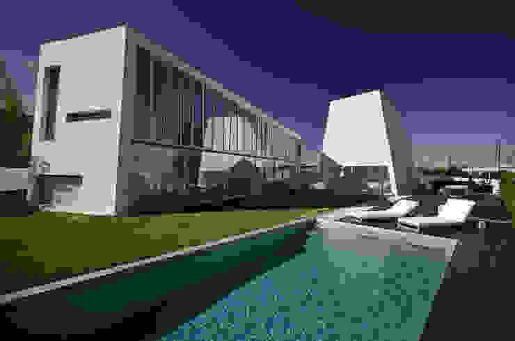 Vista Exterior: Piscinas  por guedes cruz arquitectos,Minimalista