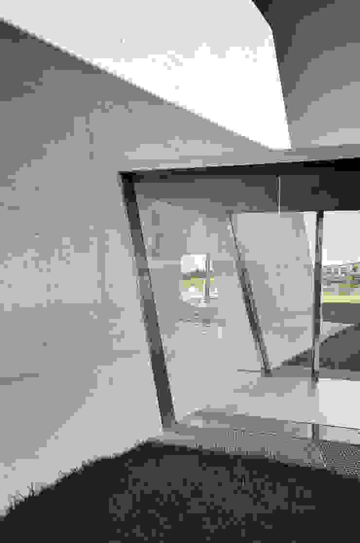 Vista Exterior Janelas e portas minimalistas por guedes cruz arquitectos Minimalista