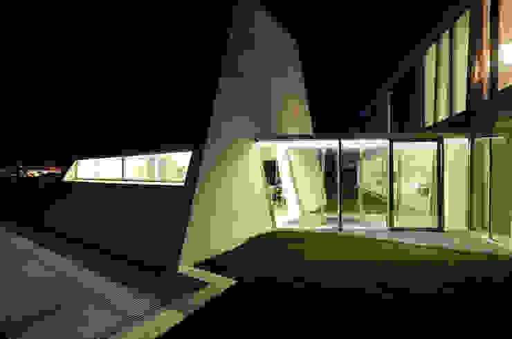 Vista Esterior Noite Casas minimalistas por guedes cruz arquitectos Minimalista