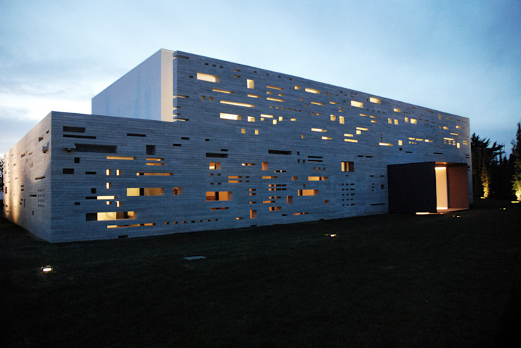 Fachada : Moradias  por guedes cruz arquitectos