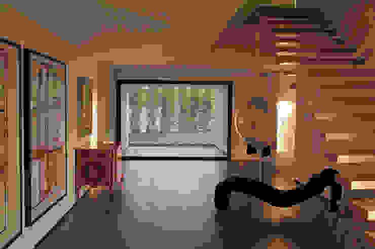 Minimalistyczny korytarz, przedpokój i schody od guedes cruz arquitectos Minimalistyczny