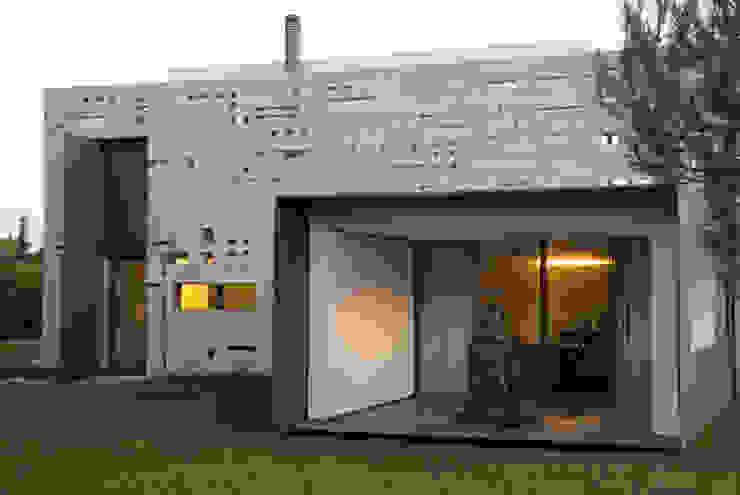 Vista exterior da Sala de Jantar Salas de jantar minimalistas por guedes cruz arquitectos Minimalista
