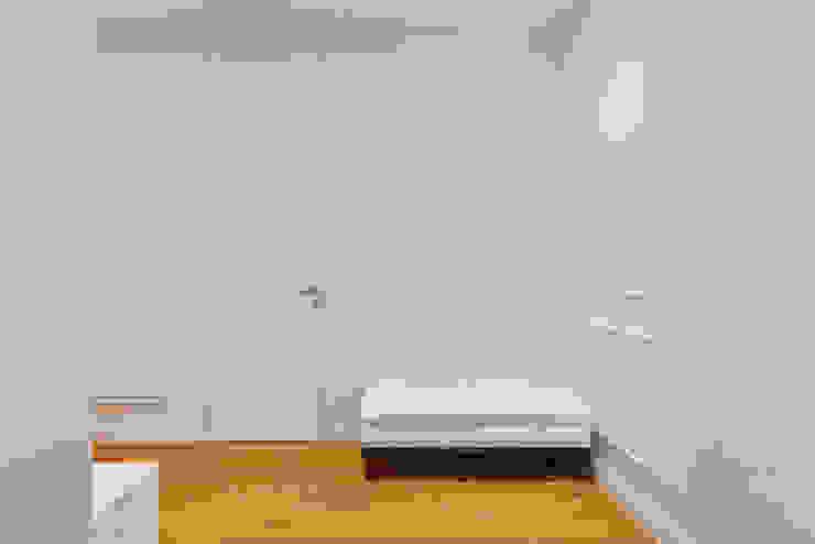 Минималистичная квартира Коридор, прихожая и лестница в стиле минимализм от U-Style design studio Минимализм