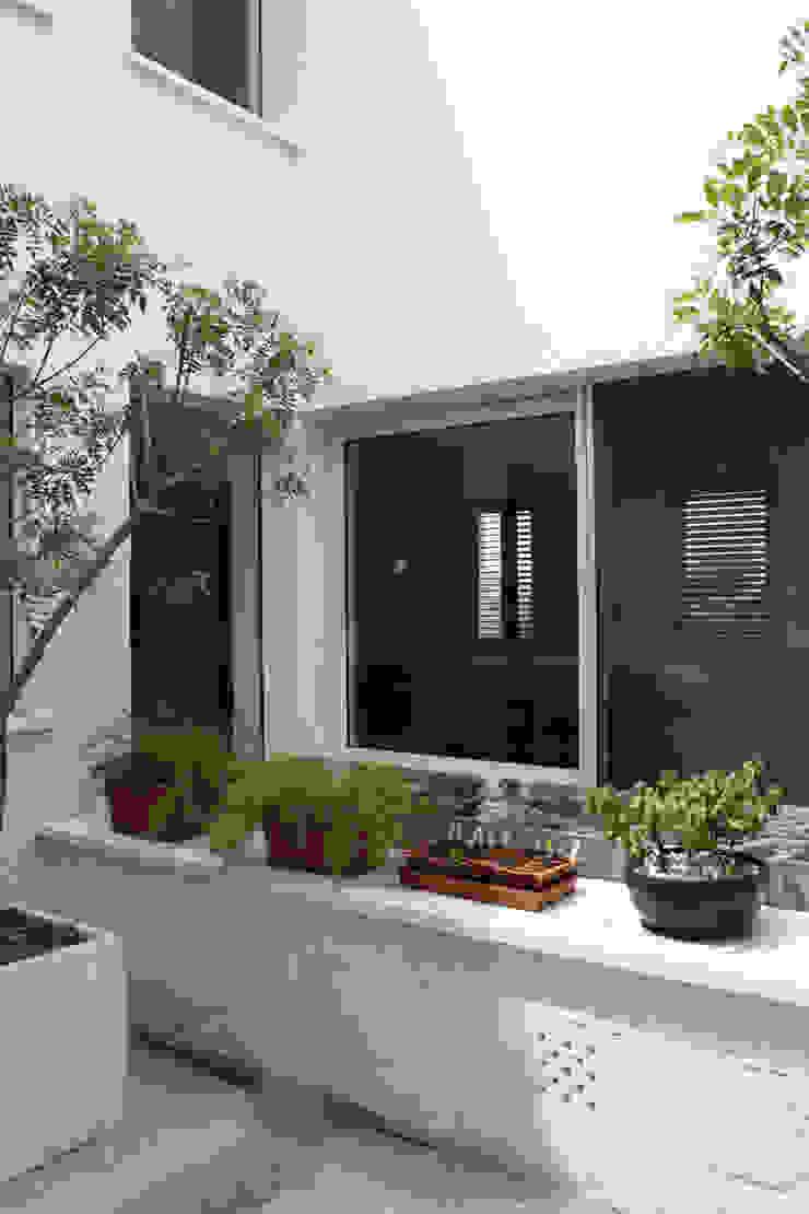Nhà phong cách mộc mạc bởi Boué Arquitectos Mộc mạc