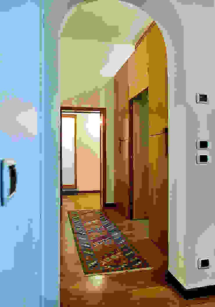 Modern corridor, hallway & stairs by Nicola Sacco Architetto Modern Wood Wood effect