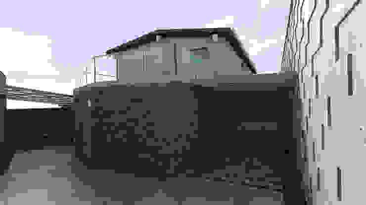 Diseño de Patio y Fachada Trasera Gabriela Afonso Balcones y terrazas de estilo moderno Piedra Marrón