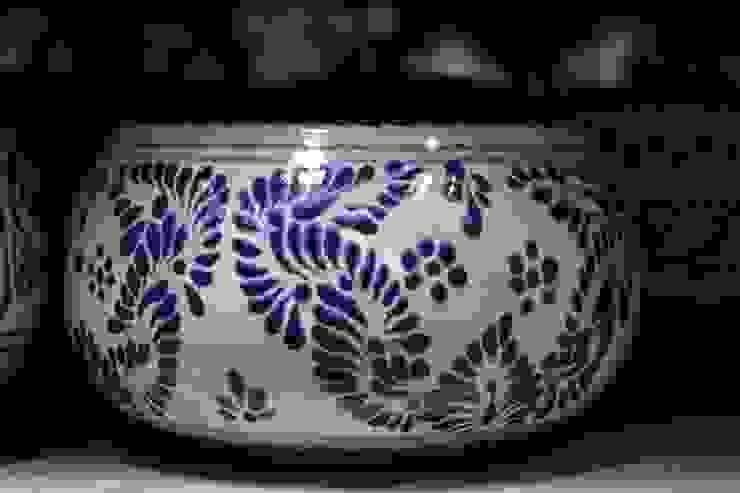 Floreros, Macetas y artículos de decoración en Talavera:  de estilo colonial por Maria Juana Art , Colonial Azulejos