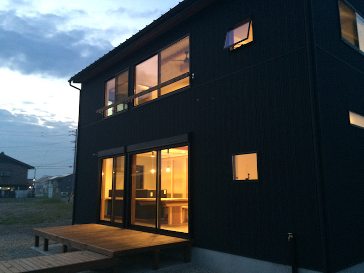 南側から: TIEN natural comfort design roomが手掛けた折衷的なです。,オリジナル