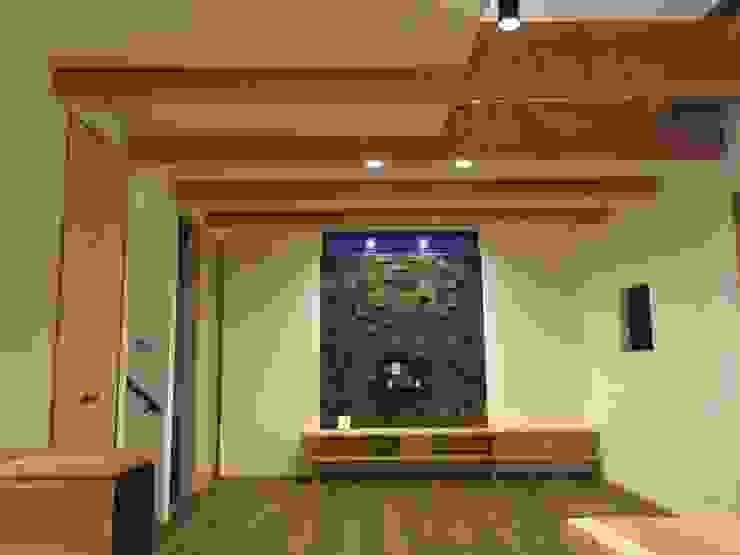 リビング: TIEN natural comfort design roomが手掛けた折衷的なです。,オリジナル