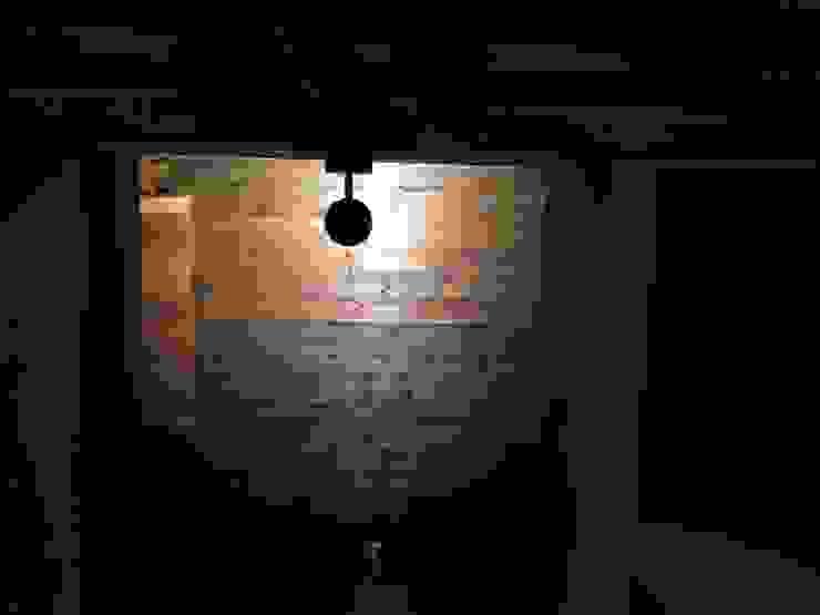 吹抜けからのスポットライト: TIEN natural comfort design roomが手掛けた折衷的なです。,オリジナル