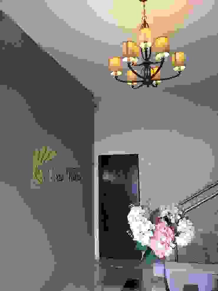 Pasillos, vestíbulos y escaleras modernos de VIVAinteriores Moderno